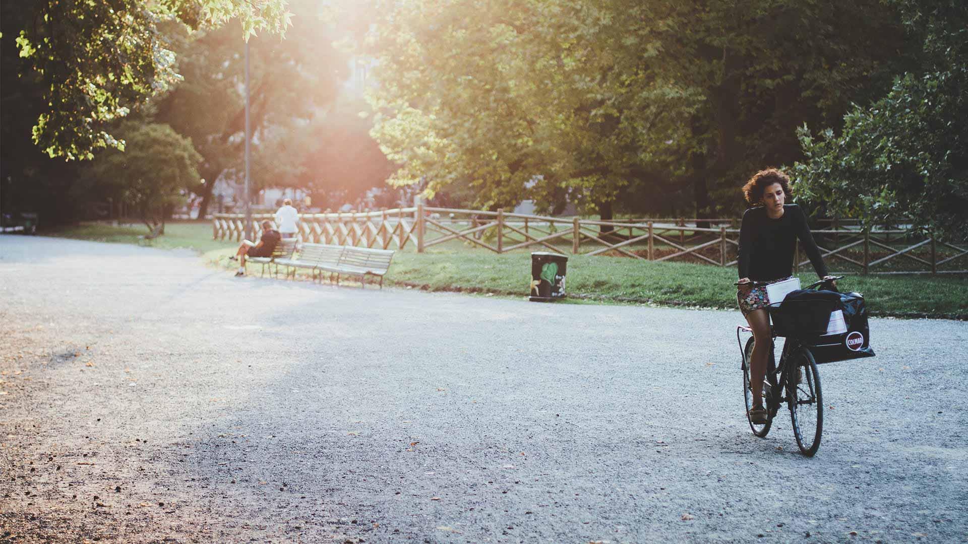 tide stories blogbeitrag lifestyle frau radelt durch abendlichen park